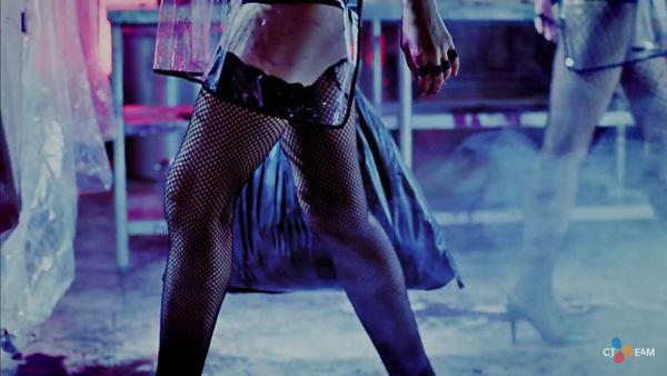 블락비 바스타즈의 여성에 대한 성적 대상화가 포함된 뮤비 03.jpeg