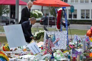 2016 올랜도 총기난사 사건이 벌어진 이후 오바마가 사망자들을 위해 묘비에 꽃을 올리며 추모하고 있는 모습이다.